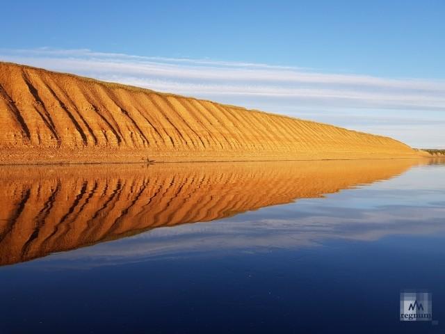 По пути, особенно на закатном солнце, можно полюбоваться обрывистым берегом-щельей Мелогоры