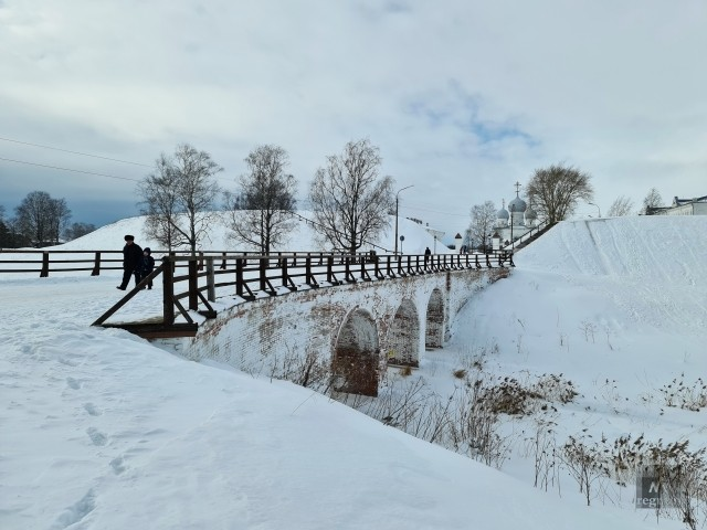 Внутрь крепостных валов ведет мост XVIII века