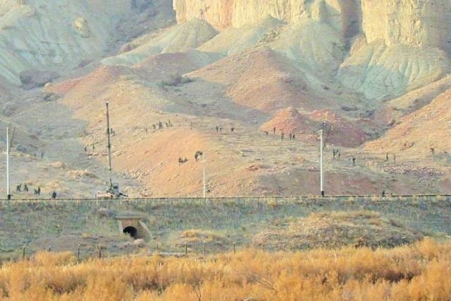 Азербайджанская армия, занятая уничтожением хачкаров Джульфы. (Фото с иранской стороны)