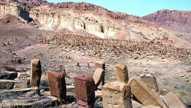 Джульфа. Крупнейшее в мире средневековое армянское кладбище — «поле хачкаров» (присущих исключительно армянскому национальному искусству прямоугольных мемориальных стелл, с резными крестами) до его уничтожения в 1996-2005 г. г