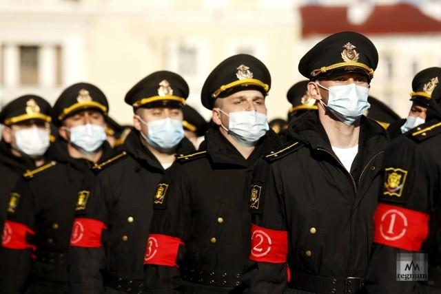 Военнослужащие перед началом репетиции военного парада на Дворцовой площади