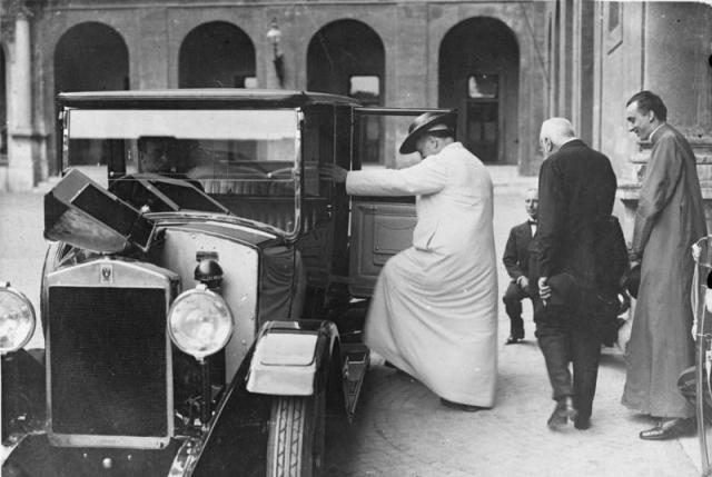 Пий XI принимает лимузин в качестве дара от правительства Италии. Ватикан, сентябрь 1926 года
