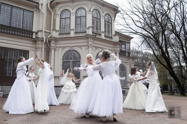 Танец  весны и любви  во время флешмоба невест в Лопухинском саду