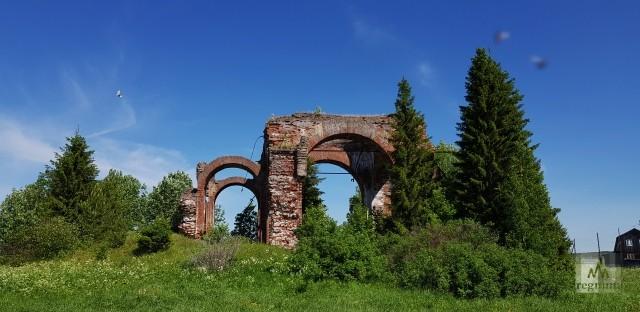 Каменная Покровская – шестая на этом месте. До нее здесь стояли, меняя друг друга, пять деревянных церквей