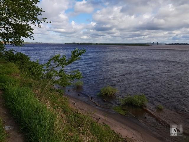 В воде у берега виднеются бревна какой-то старинной конструкции