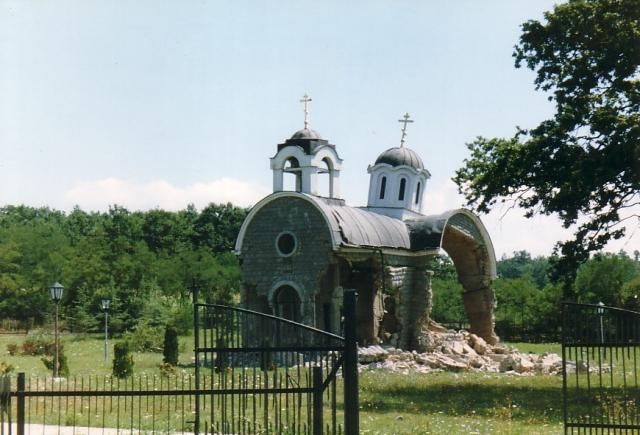 Разрушенная православная церковь в Косово