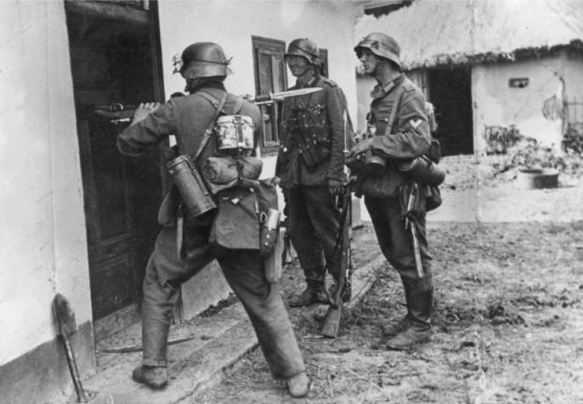 Немецкие солдаты обыскивают дом в селе на Украине. Сентябрь 1941