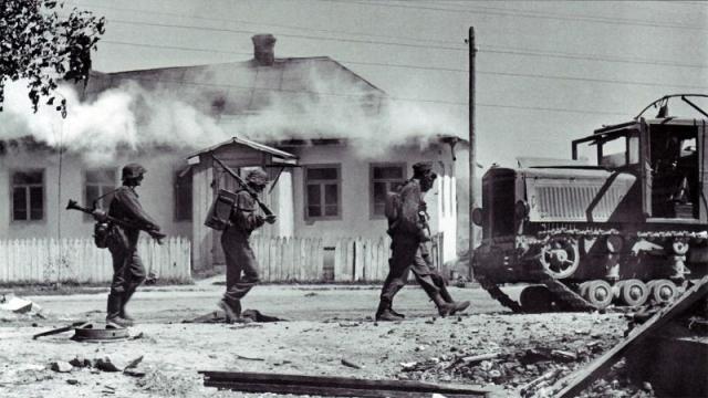 Немецкие солдаты в захваченном украинском селе. Июль 1941