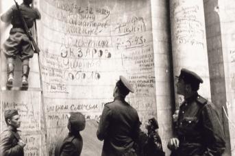 Советские воины оставляют автографы на Рейхстаге. Май 1945