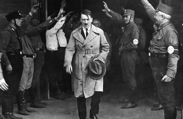 Штурмовики приветствуют Гитлера