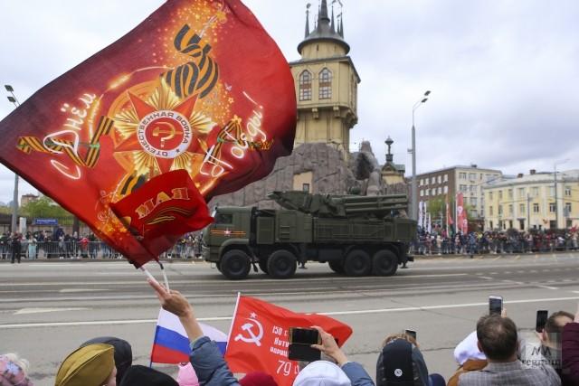 Проход военной техники по Баррикадной улице. Празднование Дня Победы 9 Мая в Москве