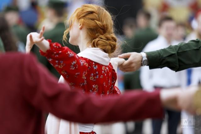 Девушка на танцевальной площадке «Весна 45 года»