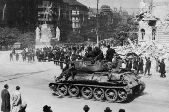 Советский танк Т-34 на Вацлавской площади в Праге. Май 1945