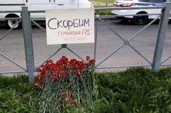 Цветы у школы №175 в Казани. Лидия Нечаева © ИА Красная Весна