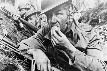 Американские солдаты в окопе во время обстрела