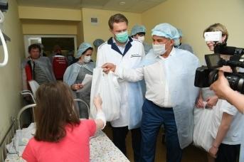 Глава Татарии Рустам Минниханов посещает в больнице детей, пострадавших при стрельбе в казанской гимназии