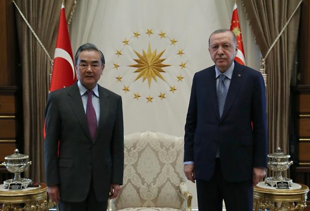 Президент Турции Реджеп Тайип Эрдоган с министром иностранных дел КНР Ван И