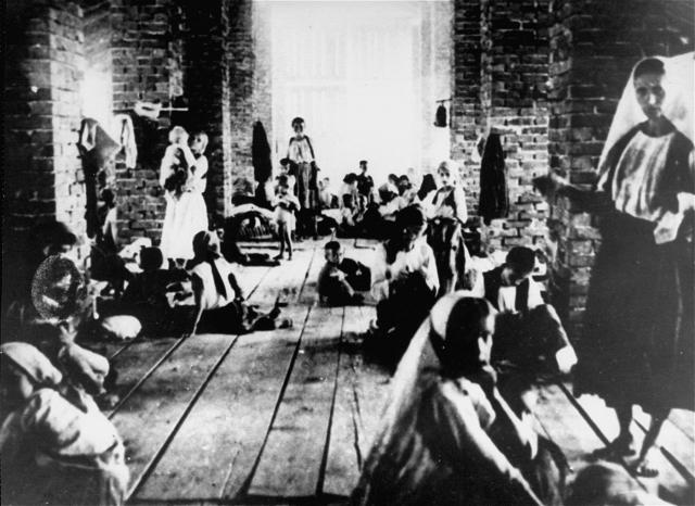 Матери и дети в заключении в башне концлагеря Стара Градишка