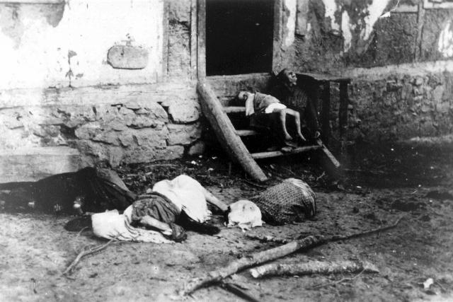 Тела жителей югославской деревни, убитых усташами