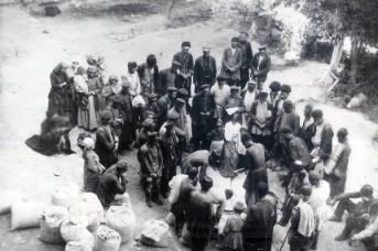Армянская благотворительная организация раздает муку семьям, пострадавшим от погромов. Баку, февраль 1905 года