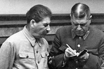 Верховный главнокомандующий Иосиф Сталин и маршал Советского Союза Борис Шапошников,