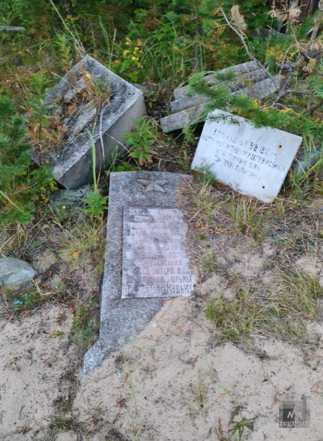 Сваленные в кучу могильные памятники расстрелянных узников концлагеря на Мудьюге