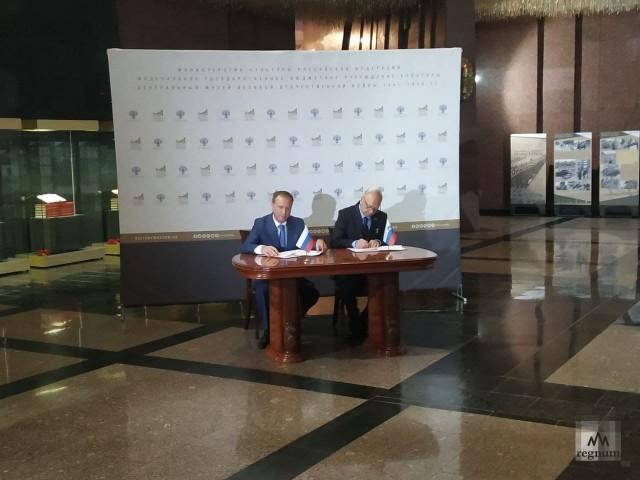 Директор Музея Победы Александр Школьник и директор Международного исследовательского центра в Мариборе Янез Уйчич на открытии выставки