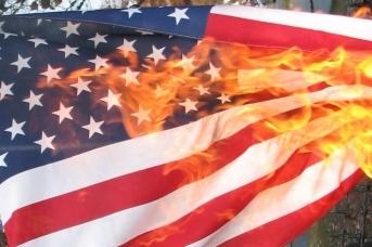 Горящий американский флаг , <span class=