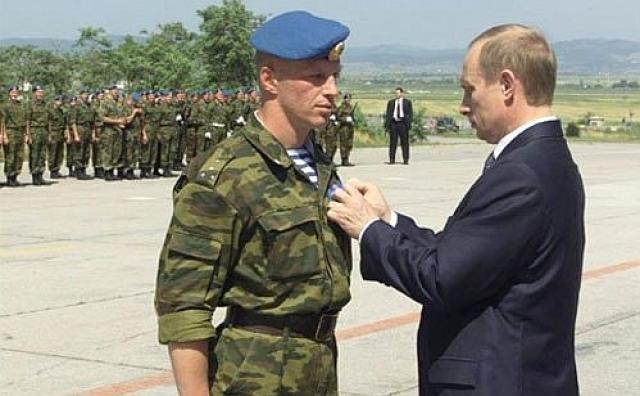 Церемония вручения государственных наград российским миротворцам. 17 июня 2001 года. Аэропорт Приштины, Косово