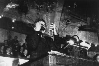 Выступление Троцкого перед немецкими студентами. Роберт Капа