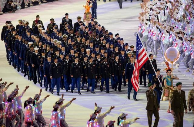 Американские военнослужащие-спортсмены маршируют на церемонии открытия Всемирных военных игр-2019 в китайском Ухане