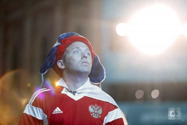 Российский фанат смотрит матч Бельгия — Россия