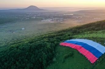 Студенты развернули флаг России длиной 72 метра на склоне горы Машук