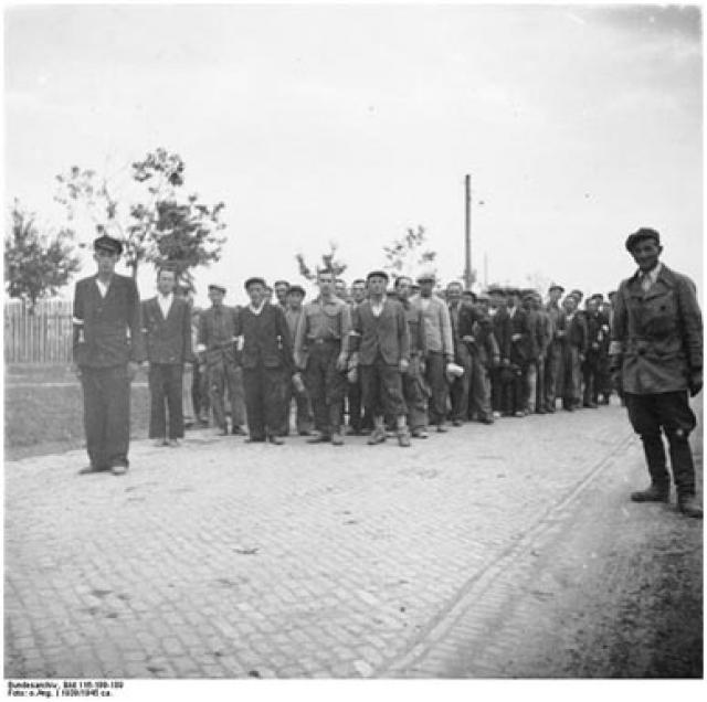 Польские добровольцы перед сборным пунктом вермахта