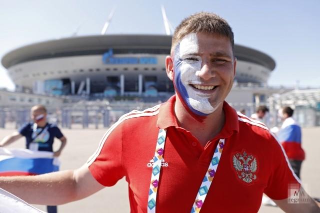 Фанат сборной России перед началом матча против сборной Финляндии