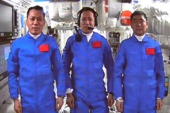 Китайские космонавты совершили перемещение из космического корабля «Шэньчжоу-12»  в орбитальный базовый модуль Тяньхэ