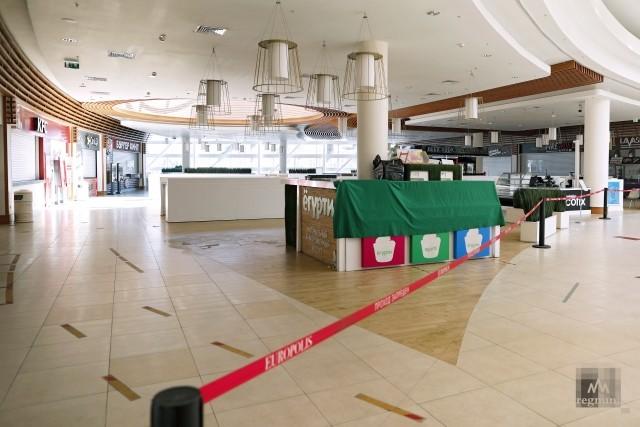 Закрытый фуд-корт в торговом комплексе