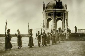 Перенесение полковых знамён в Зимний дворец. 1904
