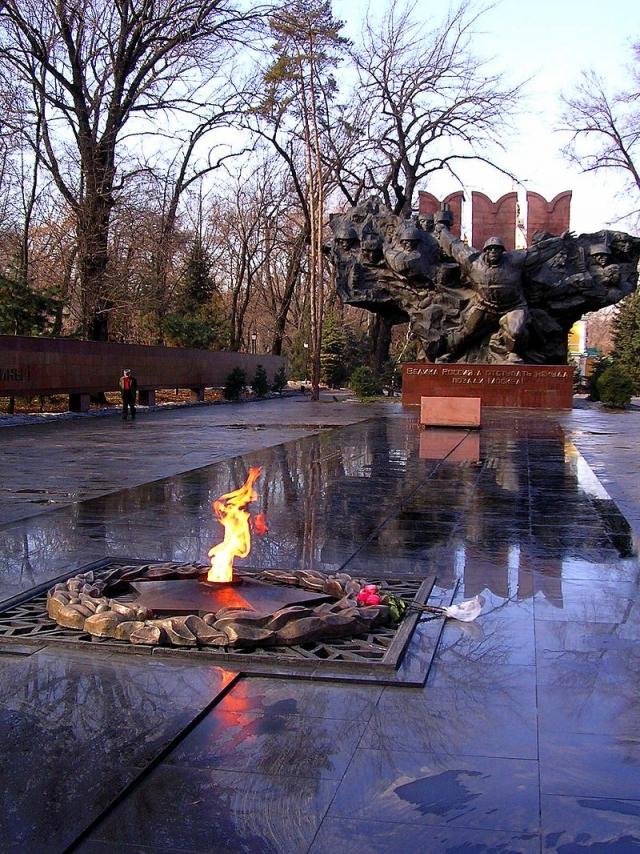 Мемориал «Вечный огонь» в парке имени 28 гвардейцев-панфиловцев в Алма-Ате