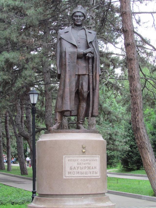 Памятник Баурджану Момыш-Улы в Алма-Ате