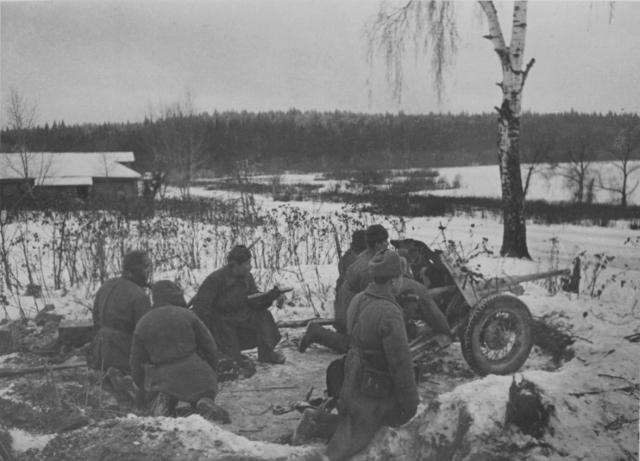 Расчёт 45-мм противотанковой пушки 53-К на окраине деревни под Москвой, ноябрь—декабрь 1941