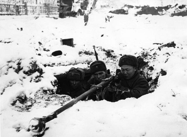 Расчёт противотанкового ружья ПТРД на позиции во время битвы за Москву. Московская область, зима 1941—1942