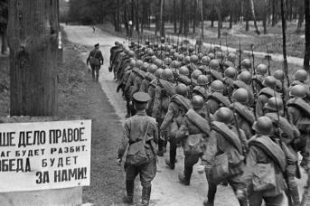 Советские  солдаты отправляются на фронт. 1941