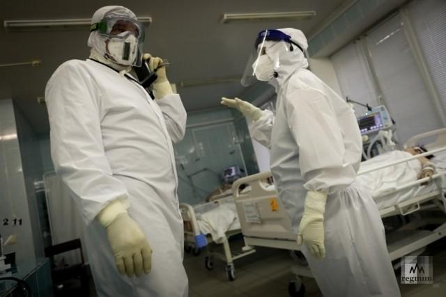 Медики в защитных комбинезонах