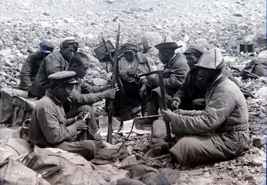 Участники экспедиции за беседой с местным населением на Тянь-Шане. Казахская ССР (1938-39 гг.)