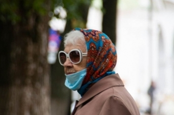 Пенсионерка на прогулке