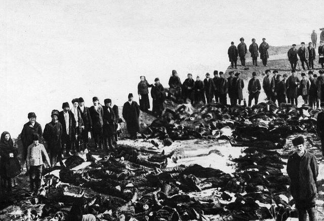 Родственники и друзья у тел убитых рабочих Ленских приисков. 4 апреля 1912 года
