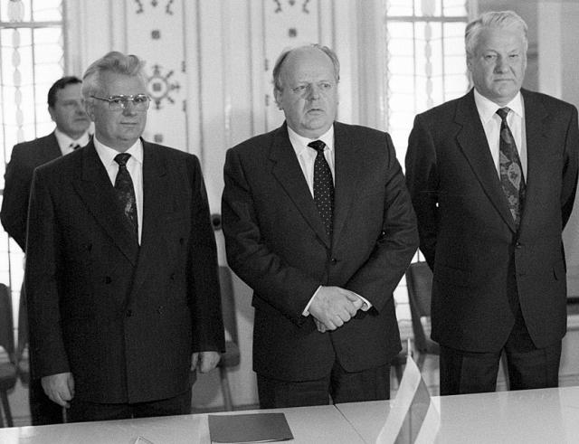 Леонид Кравчук, Станислав Шушкевич, Борис Ельцин после подписания Соглашения о создании СНГ. Беловежская пуща, Вискули, Белоруссия, 8 декабря 1991 года