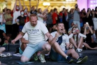 Болельщики на фан-зоне на Дворцовой площади во время трансляции финала чемпионата Европы по футболу. Дарья Драй © ИА REGNUM