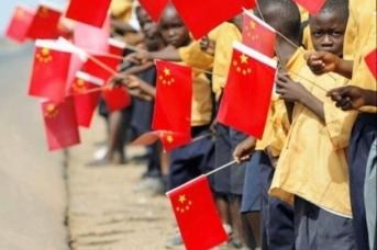 Африканские дети с китайскими флагами